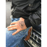 Tatouage éphémère rose sur la main